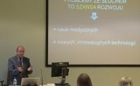 Widok na Prof. Henryka Skrażyńskiego i słuchaczy wykładu