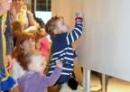 Dzieci podpisują się napamiątkę