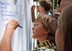 Dzieci podpisują się napamiątkę wydarzenia