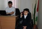Uczeń podczas badania słuchu