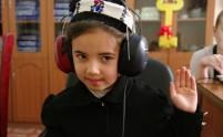 Uczennica podczas badania słuchu