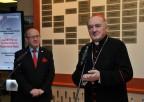 Ks. Kardynał Kazimierz Nycz podTablicą Przyjaciół PoWsze Czasy