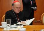 Ks. Kardynał Kazimierz Nycz wpisuje się doksięgi pamiątkowej