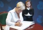 Pierwsza Dama Republiki Estońskiej Evelin Ilves wpisuje się doksięgi pamiątkowej