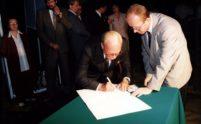 Prof. J. Zwisłocki podpisuje Akt Erekcyjny budowy Międzynarodowego Centrum Słuchu i Mowy